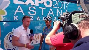 Nibalit faggatják. Az interjú előtt az Astana sajtósa keményen megszabta a feltételeket a TV-sek számára. Megmondta, hogy mi lehet az első kérdés, majd, hogy minek is kell a háttérben szerepelnie. Mindezt interjú közben árgus szemekkel figyelte