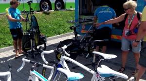 A mókás olasz szerelők már a záró időfutamra készítik elő a TT bringákat